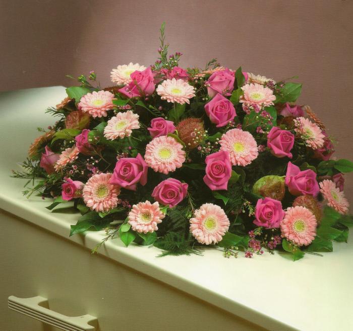 Roze gerbera's en rozen met bijmaterialen € 125,00