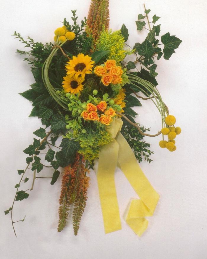 Zonnebloemen, eventueel eremurus en rozen € 165,00