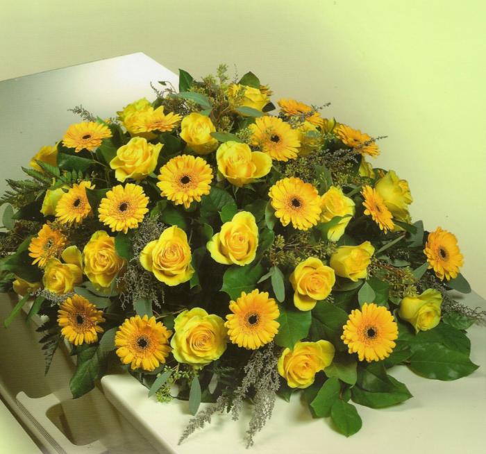 Geel gemengd met o.a. gerbera's en rozen € 125,00