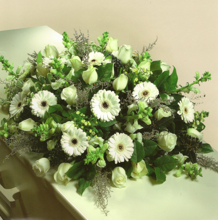 Gemengde witte bloemen, o.a. rozen en gerbera's € 125,00