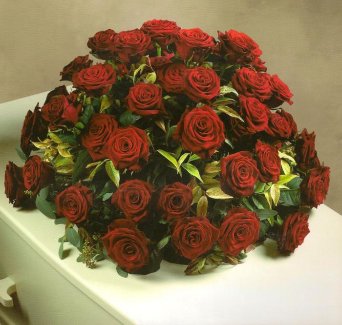 Biedermeier grote rode rozen € 160,00