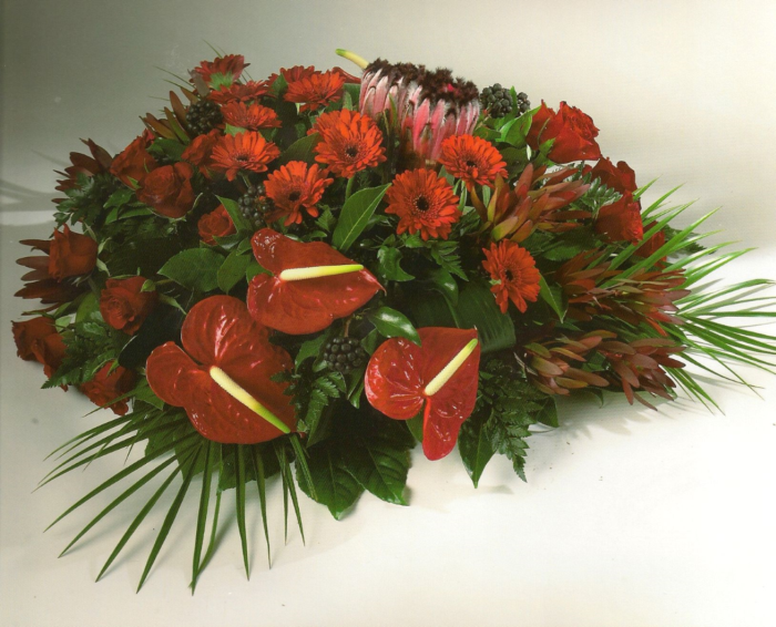 Rode gerbera's, rozen en anthuriums € 160,00
