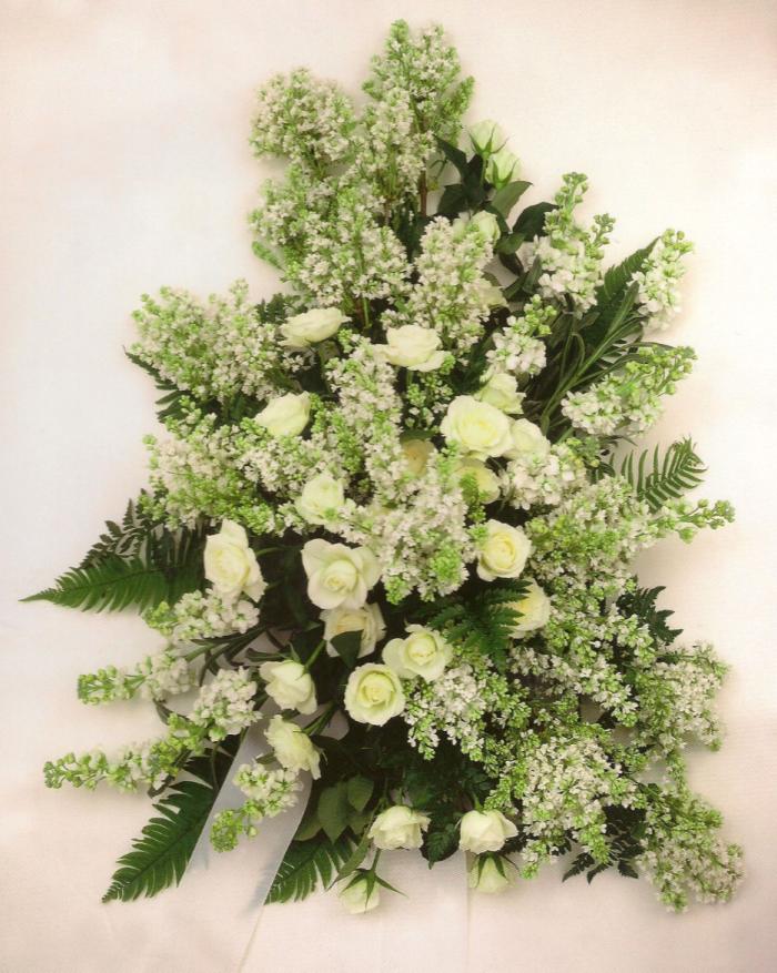 Witte rozen, seringen en violieren, dec. t/m apr. € 180,00