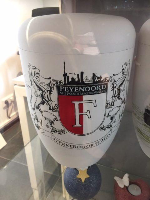 """Urn met Feyenoord motief. Deze urn is verkrijgbaar bij crematorium """"de Dijk"""" in Maassluis."""