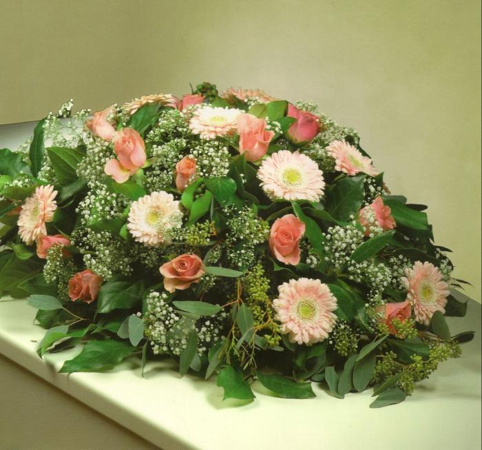 Lichte tinten roze met rozen en gerbera's € 95,00