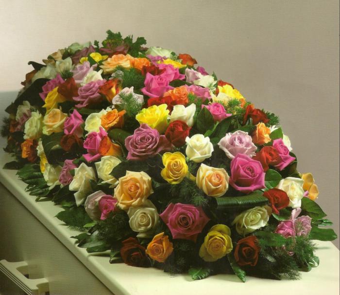 Kistbedekking van gemengde rozen € 270,00