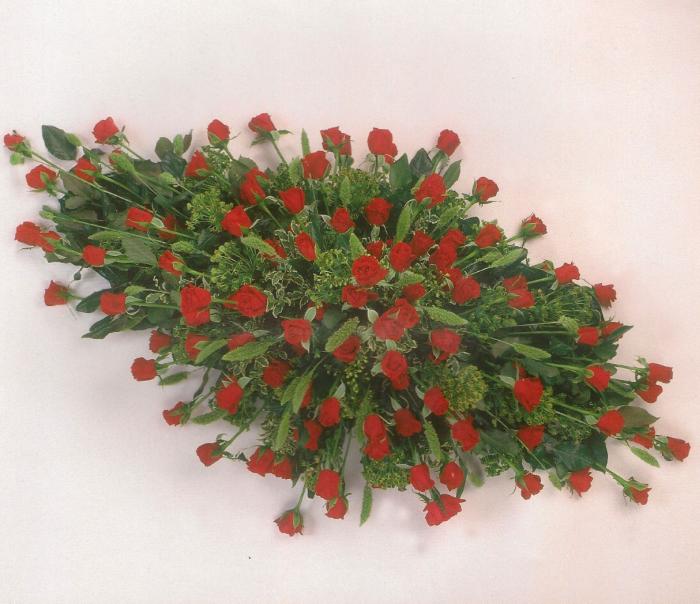 Rode rozen met bijmaterialen € 210,00