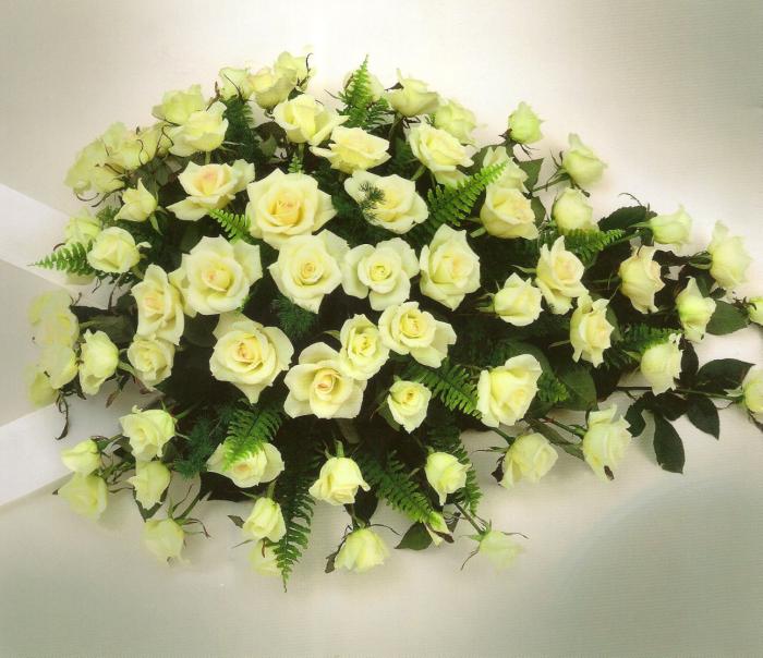 Witte rozen met bladmaterialen € 175,00