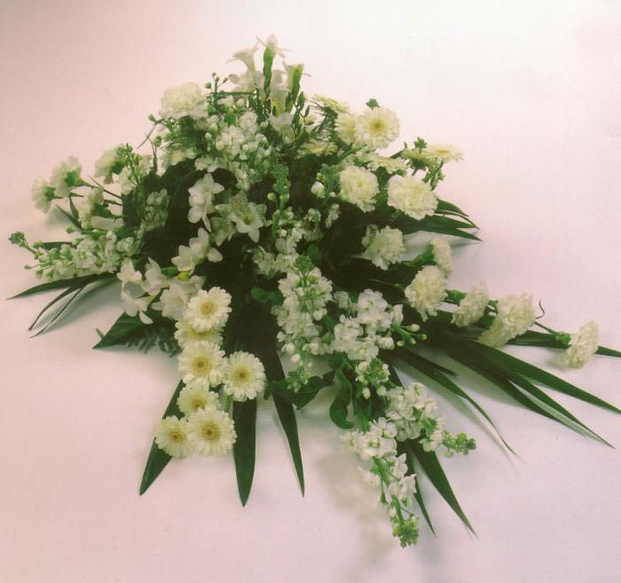 Arrangement van witte bloemen € 115,00